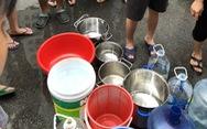 Hình ảnh dân Hà Nội 'rồng rắn' xin nước sạch vì… nước bốc mùi lạ