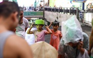 Người dân Hà Nội 'đội mưa' hứng nước sạch