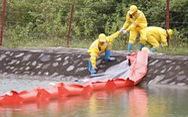 Lắp màng ngăn dầu trước nhà máy nước sông Đà