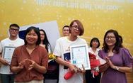 Giám khảo Nguyễn Ngọc Tư trao giải truyện ngắn về phụ nữ
