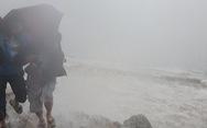 Miền Trung mưa xối xả, kè biển oằn mình trước sóng lớn đón bão số 5