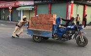 Xe chở gạch cồng kềnh chết máy giữa đường, CSGT không phạt mà đẩy giúp