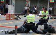 Viên cảnh sát bắn vào ngực người biểu tình Hong Kong bị đe dọa