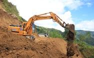 Hàng ngàn mét khối đất đá sạt xuống đường sá miền núi Quảng Ngãi