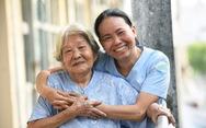 Nữ hộ lý gần 20 năm chăm sóc người dưng