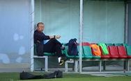 Ông Park trầm ngâm trên sân tập chuẩn bị cho trận đấu với Thái Lan