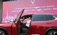 HLV Park Hang Seo 'khoe' bằng lái khi được tặng xe VinFast