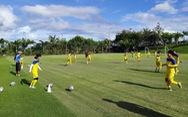 Tuyển nữ VN tập sân cỏ tự nhiên chuẩn bị trận đấu trên sân cỏ nhân tạo