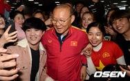 Hàng trăm người hâm mộ, phóng viên Hàn Quốc chào đón HLV Park Hang Seo và U23 Việt Nam
