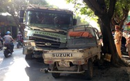 Xe ben 'san phẳng' dải phân cách, húc xe tải nhỏ văng lên lề