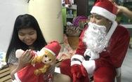 'Ông già Noel' cưỡi xe đạp len lỏi trong hẻm nhỏ tặng quà Giáng sinh