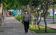 TP.HCM trở lạnh, nhiều người mặc áo ấm khi ra đường