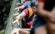 Đi 500m mất 2 tiếng, nhiều người xỉu trên đường 'chơi hội chùa Hương'