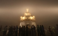Hàng ngàn người đội mưa trong đêm bái Phật trước giờ khai hội Yên Tử