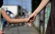 Tokyo cấm cha mẹ phạt đòn, la mắng con