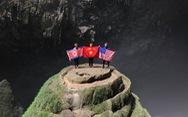 Treo cờ Mỹ - Triều trong hang Sơn Đoòng