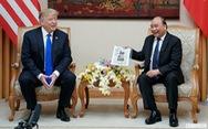 Tổng thống Trump bất ngờ với vật kỉ niệm của Thủ tướng Nguyễn Xuân Phúc