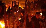 Chùa Trung Quốc ngập trong 'khói lửa' ngày đầu năm