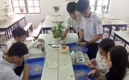 Học sinh lớp 11 làm gạch từ rác thải nhựa