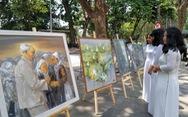 Xem tranh vẽ Bác của Tô Ngọc Vân, Mai Văn Hiến bên bờ hồ Gươm