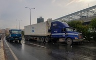Xe container tông chết người qua đường, xa lộ Hà Nội kẹt cứng