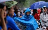 Phụ huynh đội nắng mưa chờ con thi lớp 10