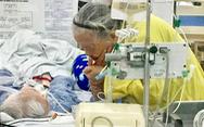 Xúc động khoảnh khắc tình yêu bên giường bệnh cụ ông 89 tuổi