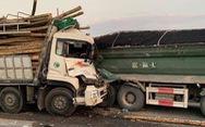 Xe tải tông nhau trên cầu Thanh Trì, hai người tử vong