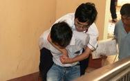 Cha mang chân giả cõng con lên phòng thi để động viên con