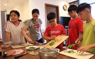 Bếp ăn của nhóm đầu bếp 'nhí' tự đi chợ, tự nấu ở một khu dân cư
