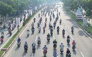 Hàng ngàn, hàng vạn xe máy vẫn cứ tràn vào làn đường ôtô
