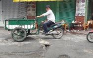 Làm đường nham nhở, người dân phải 'sống chung' với ổ gà