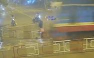 Video: Đâm vào hàng rào chắn lúc tàu đi qua, một thanh niên tử nạn