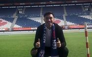 Văn Hậu khoác khăn choàng, chụp ảnh trên sân đội bóng Hà Lan