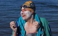Mới lành ung thư, bơi suốt hơn 2 ngày không ngừng nghỉ