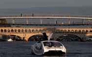 Video taxi 'bay' trên sông Seine