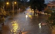 Triều cường dâng cao, nhiều đường ven sông tại TP.HCM ngập nặng