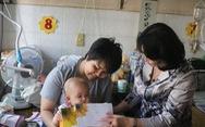 Phó chủ tịch nước Đặng Thị Ngọc Thịnh tặng quà tết cho bệnh nhân ung thư