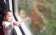 Cùng con 'sống chậm' trên tàu về quê ăn tết