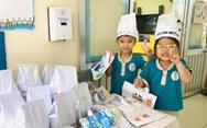 Trẻ thích thú vào bếp trong Ngày hội dinh dưỡng