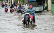 Triều cường đỉnh gặp mưa lớn, người dân TP.HCM đề phòng ngập nước, vỡ bờ bao