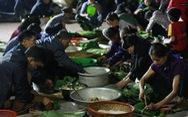 Dân làng La Phù thức xuyên đêm nấu 10.000 bánh chưng hỗ trợ bà con miền Trung