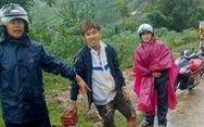 Bị đất đá vùi, 2 thanh niên dùng tay đào bới, thoát khỏi vùng sạt lở kinh hoàng