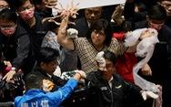 Nghị sĩ ném nội tạng heo bay loạn xạ giữa nghị trường Đài Loan