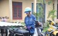 Được tặng tôn lợp lại nhà sau bão, người dân Quảng Nam mừng rơi nước mắt