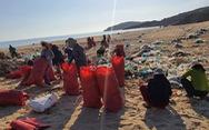 Hàng chục tấn rác biển gom xong không có xe chở