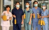 Bác sĩ ở tuyến đầu chống dịch rưng rưng với chai nước cam