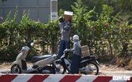 Người dân tìm cách ném hàng qua hàng rào bất chấp lệnh ngưng tiếp tế