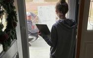 Thầy giáo đem bảng tới trước nhà học trò giảng bài