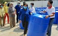Người dân ở xứ 'mặn vây tứ bề' nhận 200 bồn chứa nước